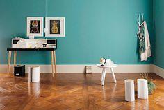 Zde je jasný záměr: mají vyniknout bílé elegantní doplňky. Tmavší podlaha a sytě zbarvená stěna kontrast podpoří.