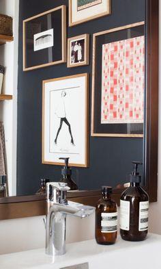 The Socialite Family | Détails d'une salle de bain, Paris | Chez la fondatrice de #sezane | #aesop #bathroom #wall