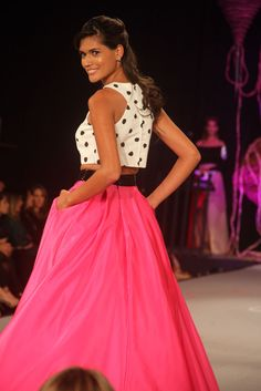 Falfa fucsia y croptop blanco con puntos negros Crop Tops, Bolivia, Skirts, Vintage, Style, Fashion, Black Dots, Maxi Skirts, Hot Pink