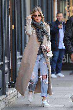 Jennifer Aniston Is Bringing Back Your Favorite Jeans of Yes.- Jennifer Aniston Is Bringing Back Your Favorite Jeans of Yesteryear – - Casual Winter Outfits, Winter Fashion Outfits, Look Fashion, Fall Outfits, Autumn Fashion, Fashion Photo, French Fashion, Curvy Fashion, Fashion Dresses