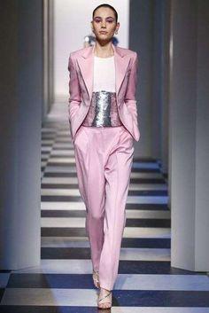 Idee outfit colori Pantone Autunno-Inverno 2017-2018 - Ballet Slipper, vestito con fascia argento. Traje rosa claro con top con franja plata en panza, zapatos plata