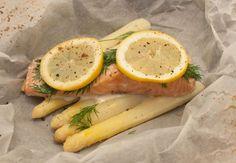 Houd je van asperges en van zalm? Dan moet je deze aspergespakketjes met zalm en citroen een keer proberen. Makkelijk om te maken en supersnel klaar!