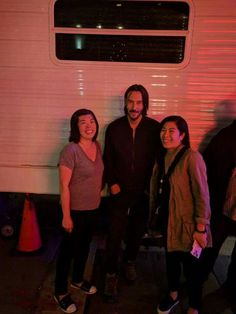 """Thanks! @if_it_is_wong Met Keanu tonight!! He was so nice to give us a photo. Apparently saying I've been a fan for over 20 years is not a cool thing to say. His bodyguard pointed at me and said, """"You gotta take a breath!"""" Haha. #johnwick3 #KeanuReeves pic.twitter.com/VvvhmiLTmS"""