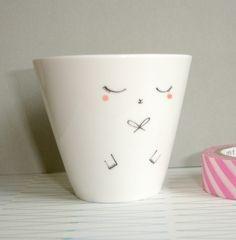 Une petite tasses en porcelaine, peinte à la main.