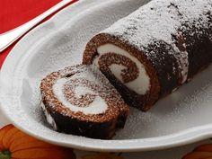 Il rotolo al cioccolato con crema al mascarpone è un dolce goloso e dal sapore fresco, perfetto per completare un pasto o per la merenda