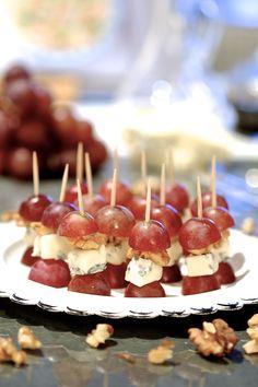 Koreczki z winogron i gorgonzoli | Jedna z najszybszych przekąsek na imprezę to koreczki z winogron i gorgonzoli. Proste i smaczne. Bardzo często robię te koreczki, gdy zapraszam znajomych na degustację wina. Są idealne. Malutkie, takie na jeden kęs. Świetnie sprawdzą się jako przekąska sylwestrowa. Winogrono, gorgonzola i chrupiący orzech włoski świetnie się ze sobą komponują.