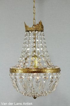Klassieke kroonluchter met kristallen 25481 bij Van der Lans Antiek. Bekijk al onze antieke lampen op www.lansantiek.com