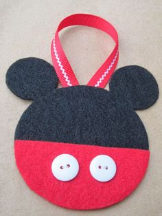 Confessions of a Holiday Junkie!: Mickey and Minnie Mouse Felt Christmas Ornaments Frozen Ornaments, Mickey Mouse Ornaments, Mickey Mouse Crafts, Felt Christmas Ornaments, Diy Ornaments, Minnie Mouse, Disney Felt Ornaments, Mickey Craft, Beaded Ornaments