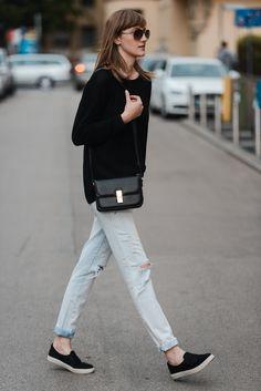new look ripped boyfriend jeans light jeans, hm black baggy sweater, celine lookalike box bag, topshop black slip on sneakers plimsolls, style blogger, fashion blog
