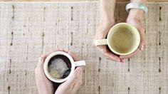 Mãos em frente a outra seguram café
