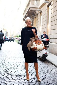 via the Sartorialist, street style in Milan Mature Fashion, Fashion Over 50, Look Fashion, Trendy Fashion, Womens Fashion, Fashion Trends, Street Fashion, The Sartorialist, Advanced Style