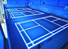 Je viens d'avoir un vrai coup de coeur pour cette réalisation de la société allemande ASB Systembau baptisée « ASB Glassfloor ».  Le concept est de rendre un gymnase complètement modulable à volonté. En effet, grâce à un sol transparent et l'utilisation de la technologie Led, les sportifs peuvent transformer, selon leurs envies, le terrain afin d'exercer du basketball, du handball, du tennis, du volleyball, du badminton…