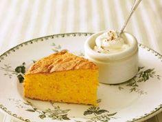 舘野 鏡子 さんの「ふわふわキャロットケーキ」。にんじんたっぷりでヘルシーなうえ、一度加熱することで野菜臭さは消え、爽やかなレモン風味の仕上がりに。シナモン風味の生クリームを添えてどうぞ。 NHK「きょうの料理」で放送された料理レシピや献立が満載。