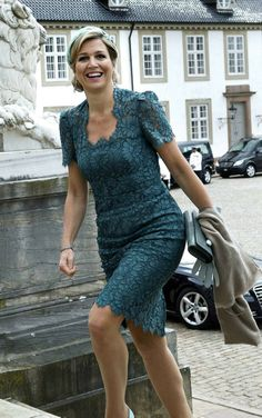 De hals is te vierkant voor Maxima. Jurk is van Dolce en Gabbana. Hollywood Fashion, Royal Fashion, Fashion Looks, Style Hollywoodien, Love Her Style, Looks Style, Royal Dutch, Royal Clothing, Queen Dress