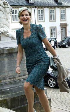 De hals is te vierkant voor Maxima. Jurk is van Dolce en Gabbana. Hollywood Fashion, Royal Fashion, Fashion Looks, Love Her Style, Looks Style, Estilo Fashion, Ideias Fashion, Royal Dutch, Style Royal