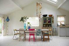 Giocare con gli arredi: a ogni sedia il suo stile e colore #mansarda #decor