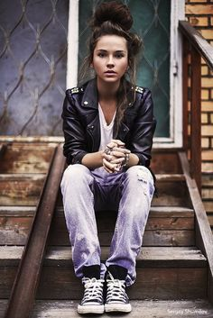 Neo grunge: Chucks, dyed denim, tee and leather jacket. Plus a laid back, messy up-do