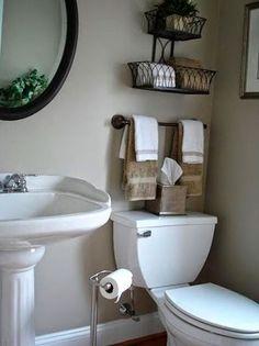 Los baños casi siempre son muy reducidos pero podemos darle mucho color con flores, plantas, toallas... #decoracionbañospequeños