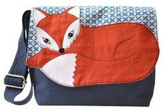 Eine wunderschöne Tasche für kleine Fuchsfreundinnen und Fuchsfreunde!    Die aus festem, dunkelblauem Baumwollstoff genähte Tasche ist mit einem beso