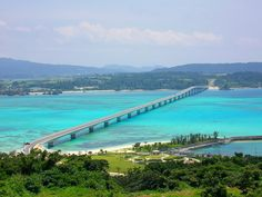 沖縄に絶景橋があるの、ご存知ですか?水平に広がる白い砂浜に青い海。有名な観光スポットで見る景色もいいけれど、せっかくだったらそこに辿り着くまでの間も楽しみたいですよね。今回ご紹介するのは、島の間に架かっている知る人ぞ知る場所!車の中から見る風景は、まるで海の上を進んでいるかのように綺麗。いつもとは違った角度からの眺めは、あなたに新しい魅力を伝えてくれるかもしれません。レンタカーを借りて、ぜひ...