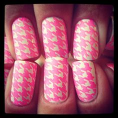 @perfectpost shows us her neon pink houndstooth nail wraps