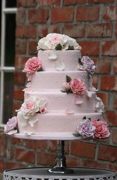 Bruidstaart met verschillende tinten roze rozen.