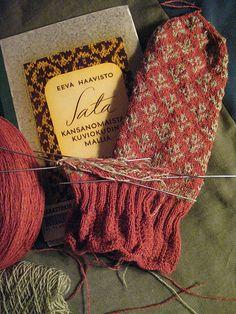Ravelry: N:o Jalasjärvi pattern by Eeva Haavisto. From a Finnish Knitting Book. Knitting Books, Knitting Stitches, Knitting Yarn, Knitting Patterns, Fingerless Mittens, Knit Mittens, Knitted Gloves, Knit Crochet, Crochet Hats