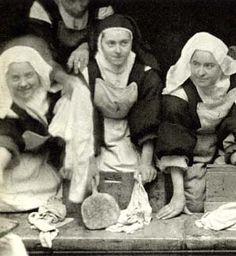 Äiti Teresa pyykkäämässä.