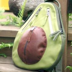 """backpacks Avocado Backpack for avocado lovers! Half of an avocado with """"flesh"""" of smooth avocado green leather, """"pit"""" of cognac colored leather and """"skin"""" of dark green leather. Melanie Martinez Style, Cute Avocado, Avocado Toast, Diy Couture, Zooey Deschanel, Funky Fashion, Latest Fashion, Unique Fashion, Teen Fashion"""