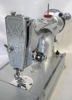 Sewing Machines Silver Celebration Singer Featherweight sewing machine Never seen a silver one before. Vintage Sewing Notions, Vintage Sewing Patterns, Cles Antiques, Pfaff, Featherweight Sewing Machine, Couture Vintage, Sewing Machine Accessories, Antique Sewing Machines, Sewing Rooms