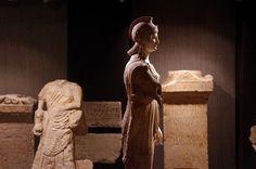 8) La-Minerve-de-Poitiers-Musée-Sainte-Croix: .. cachette qu'offraient les couloirs de l'hypocauste. Le paganisme avait donc encore ses fidèles. Si la statue a été enterrée, et cela dans l'état où on l'a retrouvée, la tête séparée du corps, l'extrémité du bras gauche brisée, c'est sans doute à la suite des troubles, peut-être après la 1° INVASION DES BARBARES, qui ravagèrent la Gaule en 276. C'est après cette invasion que les villes de la Gaule, POITIERS comme BORDEAUX, et bien d'autres....