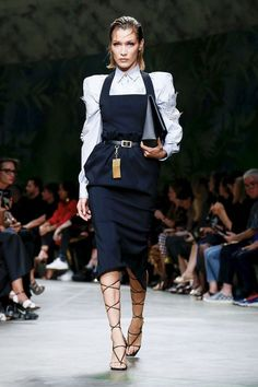 Versace Ready To Wear Spring Summer 2020 Milan - Real Time - Diet, Exercise, Fitness, Finance You for Healthy articles ideas Fashion 2020, Fashion Brand, Runway Fashion, Spring Fashion, Fashion Show, Preppy Fashion, Fashion News, Fashion Outfits, Preppy Mode