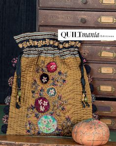 by Cécile Franconie 37 projects, all templates and explanations included in English and French 320 pages / English & French / Ref. Fabric Purses, Fabric Bags, Patchwork Bags, Quilted Bag, Fabric Crafts, Sewing Crafts, Tape Crafts, Embroidery Bags, Handmade Purses