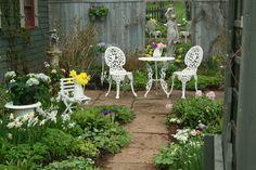 small garden idea with mirror     http://1.bp.blogspot.com/-jiT86QucOdA/TdAE2Ne-SAI/AAAAAAAAhDo/J3Rp0kIyivg/s640/IMG_0332_edited-759449.jpg