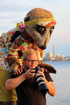 Björn de Vil Stelzentheater Erdmännchen sind ein besonders witziges Stelzenläufer Kostüm. Künstler. Hier sind die Profis auf Stelzen an der Kieler Förde bei ihrem ersten professionelen Fotoshoot zu sehen.