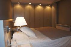 Guests Room: Dormitorio de matrimonio con muebles lavado. Papel de pared vinílico. Acogedor. Luminoso. Oscuridad absoluta.