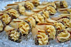 Křehké karamelové kornouty | NejRecept.cz Sweet Desserts, Sweet Recipes, Czech Recipes, Ethnic Recipes, Cake Flour, Chocolate Cheesecake, Holiday Cookies, Desert Recipes, Cupcake Cookies