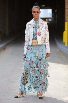 Your glimpse at all the best-dressed folks attending runway shows, after parties and everything in between at New York Fashion Week Spring Latest Fashion Trends, Fashion Tips, Fashion Design, Fashion Styles, Women's Fashion, New York Fashion Week 2018, Maxi Skirt Style, Maxi Skirts, Dress For Success