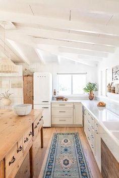 modern cottage kitchen, rustic kitchen design, modern farmhouse kitchen with whi. modern cottage k Beach Kitchens, Modern Farmhouse Kitchens, Farmhouse Style Kitchen, New Kitchen, Home Kitchens, Kitchen Dining, Cottage Kitchens, Kitchen Decor, Awesome Kitchen