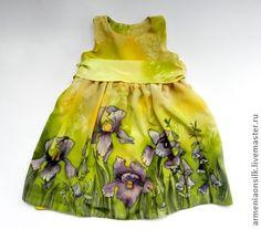 Платье батик для девочки `Ириска`. Платье батик для девочки 3-4 лет, из натурального шелк-атласа с подкладкой из хлопка. Расписан вручную в технике холодный батик. Летний , яркий мотив с ирисами и буйной зеленью  делают это платье прекрасным необычным подарком для маленькой модницы.