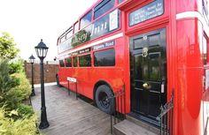 E' indubbio il fascino degli autobus rossi a due piani londinesi, gli storici…
