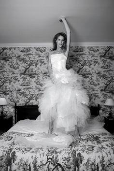 Suknia występuje w opcji długiej lub krótkiej. Cechą charakterystyczną jest asymetryczny drapowany gorset.