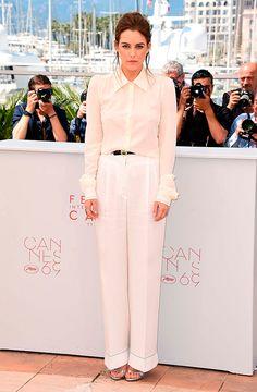 Riley Keough usa look total white com camisa e calça pantalona off white