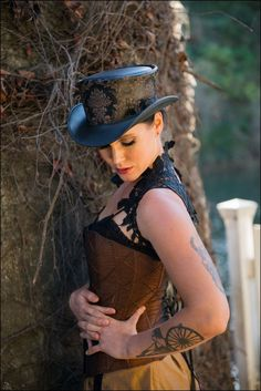 The Parlor top hat by Head n' Home has elegance which suits your style. The Parlor Leather top hat is the essence of class and should be added to your wardrobe, of course it is the best choice among customers for a reason! Steampunk Couture, Steampunk Hat, Steampunk Design, Steampunk Fashion, Steampunk Makeup, Steampunk Cosplay, Steampunk Clothing, Only Fashion, Fashion 2020