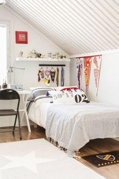 Oskari aloitti jääkiekon pelaamisen jo kuusivuotiaana. Hänen huoneensa on tähtipelaajan huone, jossa pokaalit ovat kunniapaikalla. Sängyn tekstiilit ovat Kodin1:stä, huopa ja matto Askosta. Lakanat ja valaisin ovat Ikeasta. Pöydän on tehnyt Sarin veli. Bollywood-elokuvateatterituoli on ostettu Ajantarinasta Kuopiosta. Pöydällä on Oskarin itse virkkaama kynäpurkki.