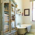 Check Out 25 Lovely Shabby Chic Bathroom Design Ideas. Shabby chic bathrooms are so cute that when you see them, you just can't get enough! Shabby Chic Design, Shabby Chic Homes, Shabby Chic Style, Chabby Chic, Bathroom Ideas Vintage Shabby Chic, Shabby Chic Storage, Vintage Storage, Parisian Style, Muebles Shabby Chic