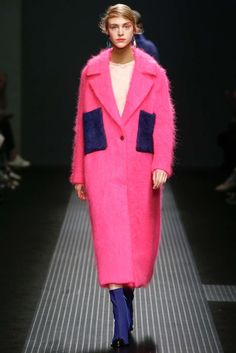 See all the Collection photos from MSGM Autumn/Winter 2015 Ready-To-Wear now on British Vogue 2016 Fashion Trends, Runway Fashion, Fashion Show, Womens Fashion, Fashion Design, High Fashion, Edwardian Fashion, Edwardian Style, Fall Winter 2015