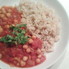 Die indische Küche ist wie gemacht für Veganer und Vegetarier. Ein einfaches Gericht zum Starten: ein indischer Kichererbsen-Tomatentopf auf Reis.