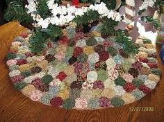 ~ Yo-Yo Tree Skirt ~ Prefer it in more Christmas Colors but still love the idea. Christmas Sewing, Christmas Crafts, Christmas Decorations, Christmas Tree, Christmas Ornaments, Crochet Christmas, Christmas Angels, Country Christmas, Vintage Christmas