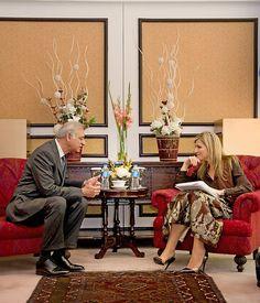 De koningin in gesprek met Ashraf Mahmood Wathra, de gouverneur van de State Bank of Pakistan. beeld ANP